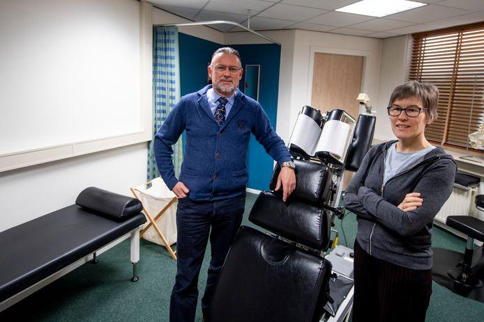 De chiropractors Evert Vermeer en Rieke Regelink moeten patiënten afbellen omdat ze geen behandelingen mogen verrichten, terwijl de telefoon roodgloeiend staat met nieuwe gevallen die een afspraak willen maken.