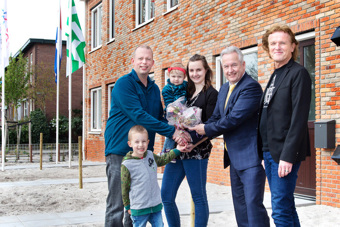 Wonenwethouder Ben van der Stee (tweede van rechts) en directeur-bestuurder René Lemson van Arcade geven de eerste sleutel van het project Molenstraat aan het gezin Van Zanten.
