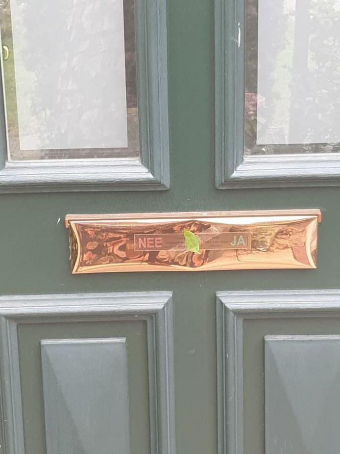 Het bewuste blaadje op een van de voordeuren in Schiedam.