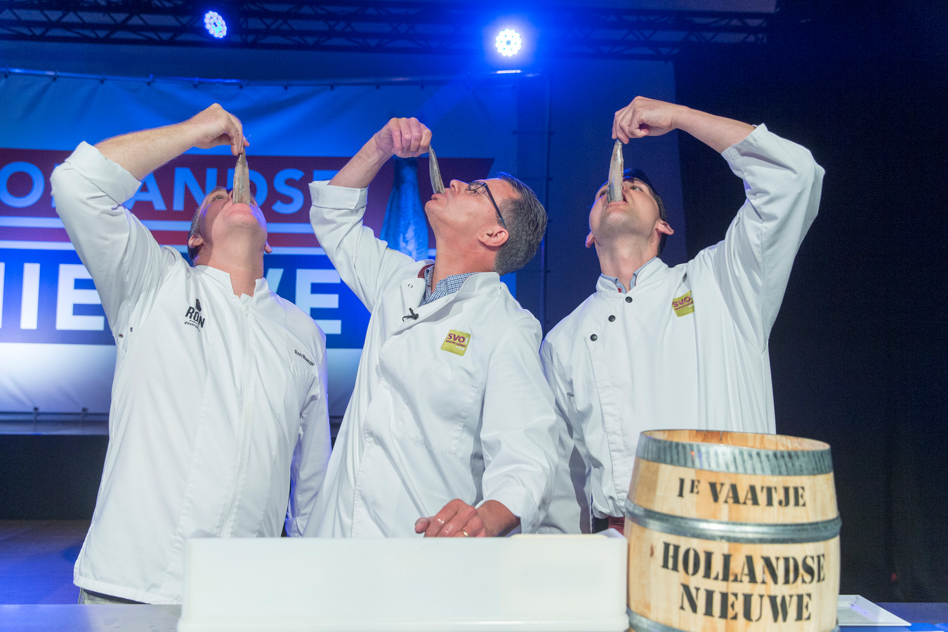 Archiefbeeld: Topkok Ron Blauw, Peter Koelewijn docent visopleiding en visspecialist Adriaan van Moort keuren haringen uit het eerste vaatje Hollandse Nieuwe op dat wordt geveild (2016)