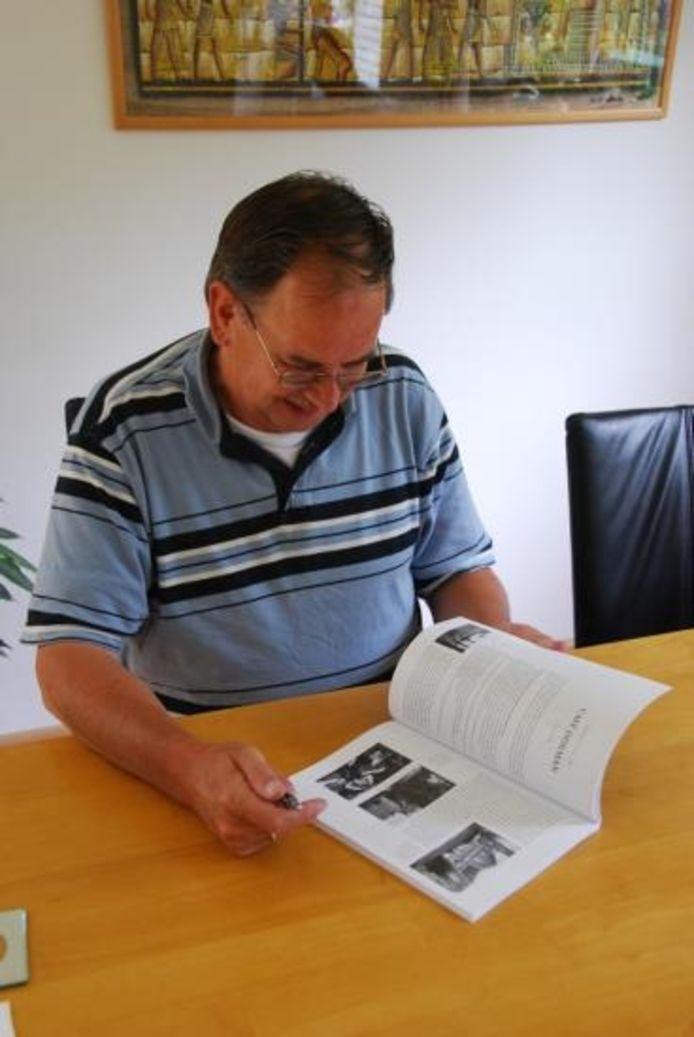 Bomhof met zijn boek. foto Ron Maat