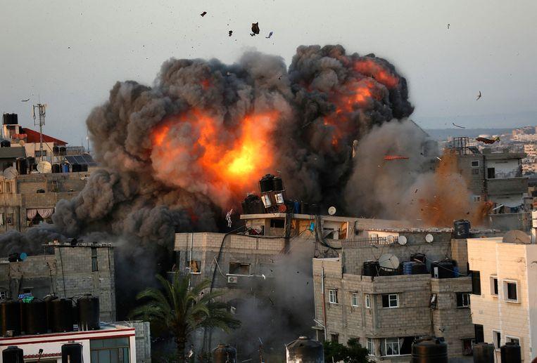 Een Israëlische voltreffer op de wijk Rimal in Gaza-stad. Beeld AFP