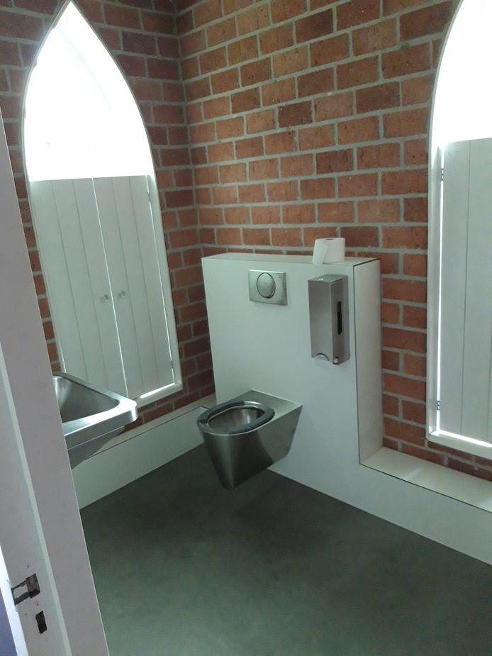het toilet op de Bunschotense begraafplaats heeft nu luiken.