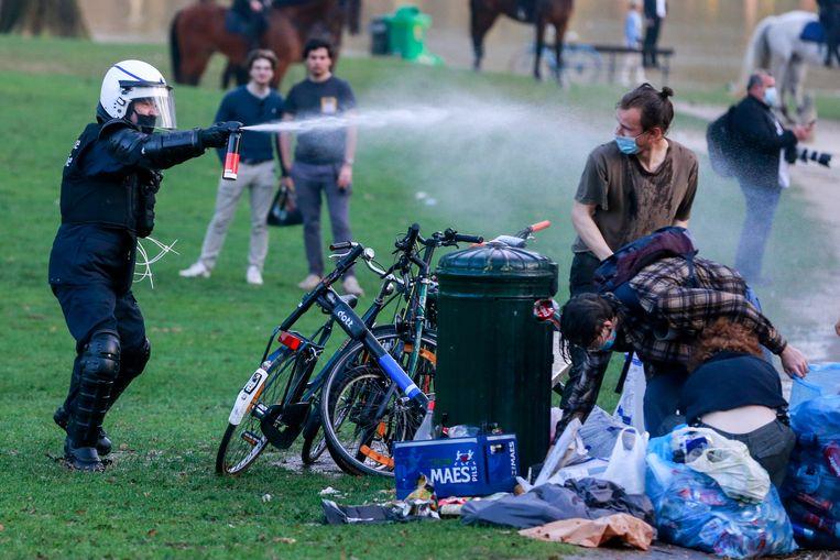De politie gebruikte onder meer traangas om jongeren weg te jagen uit het park. Beeld EPA