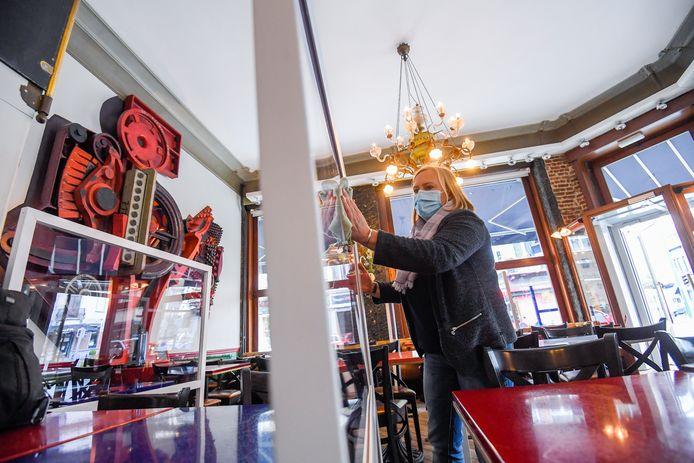 Archiefbeeld. Plexischermen binnen in een brasserie in Brussel.