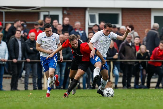 Gijs Hermans (midden) zit namens Sprundel in de sandwich bij Raymond Suijkerbuijk (links) en Glenn Laurijsse. De derby tussen Sprundel en RSV werd goedbezocht.