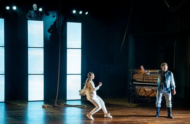 Senta (Elisabeth Hetherington) deinst terug voor de Hollander (Martijn Cornet). De duivel (Arnout Lems) kijkt van boven toe.  Beeld Ben van Duin
