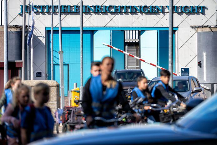 De drukte bij de gevangenis in Vught. Een groep scholieren fietst naar het Nationaal Museum Kamp Vught, auto's verlaten het gevangeniscomplex.