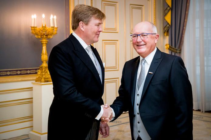 Koning Willem-Alexander ontvangt de ambassadeur van de Verenigde Staten, Pete Hoekstra, op Paleis Noordeinde.