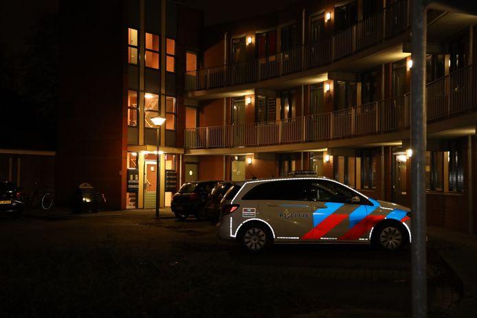 De politie doet onderzoek in het appartement van het slachtoffer aan het Oude Kerkpad in Uden.