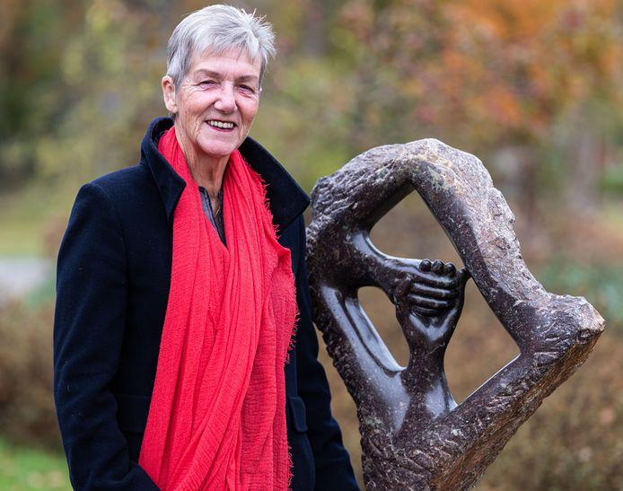 Marja Klever bij het beeld dat ze maakte voor de instelling die voor haar docher zorgt.