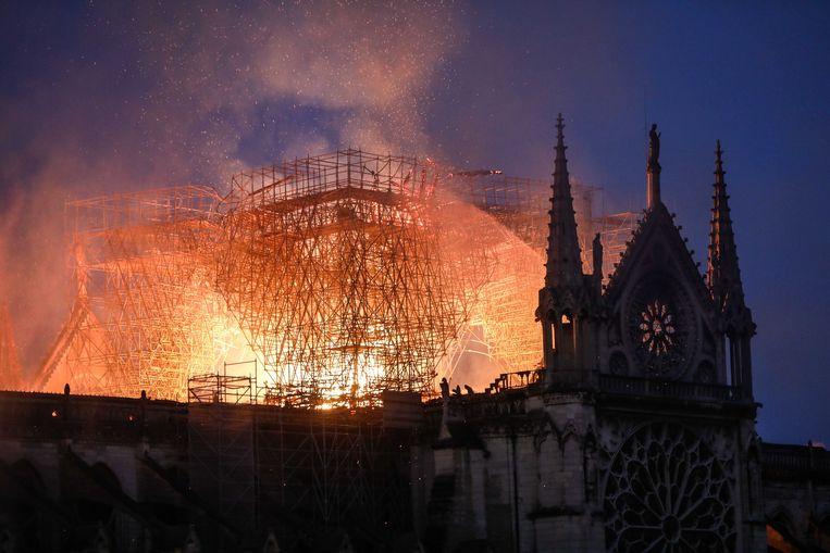 Het beroemde gebinte van eeuwenoude balken dat bekendstaat als 'le forêt', het bos, viel ten prooi aan de vlammen. Beeld Photo News