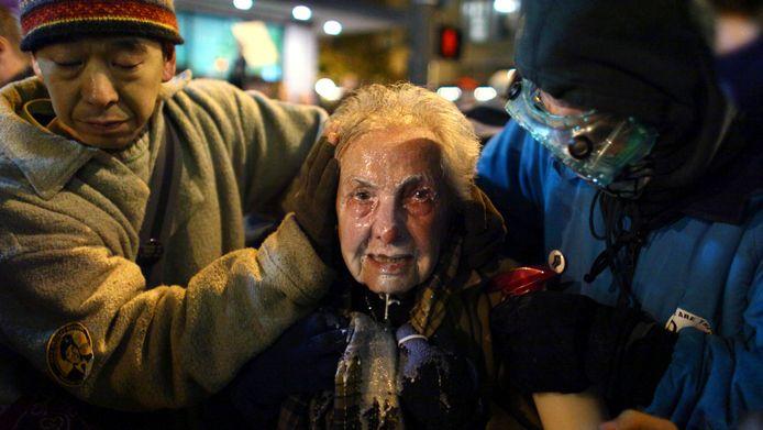 Dorli Rainey wordt geholpen door Occupy-betogers.