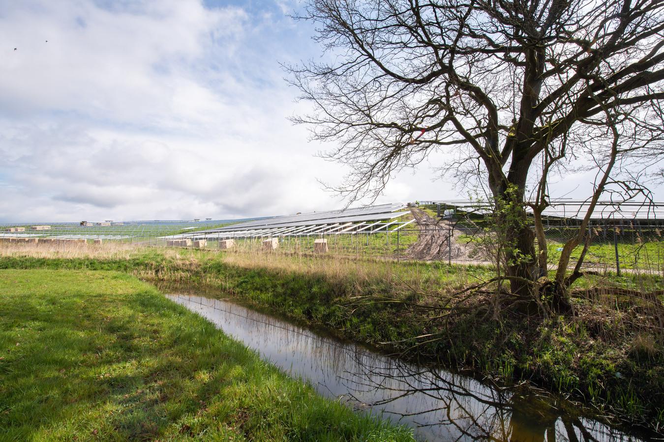 De zonnepanelen van de Bavelse Berg bij Dorst krijgen gezelschap van een zonnepark op maaiveld aan de nabijgelegen Akkerweg.