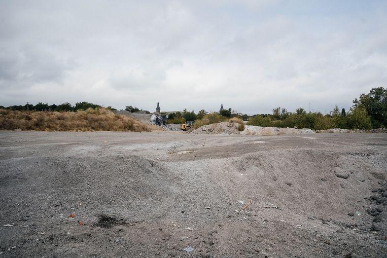 Charleroi deemsterde samen met de steenkoolindustrie weg. Op deze locatie moet een nieuw stadion de heropleving ondersteunen.  Beeld Wouter Van Vooren