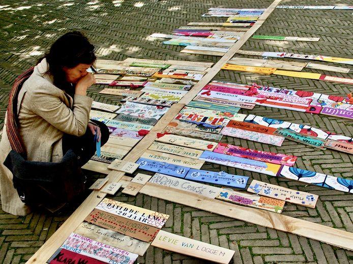 Beeld uit 2018 van een herdenkingsritueel van Namen en Nummers in de Amsterdamse Oosterparkbuurt.