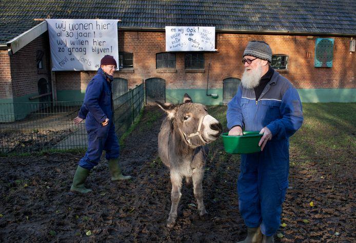 Omwonenden hingen eind vorig jaar al spandoeken op, die duidelijk maken dat wat hen betreft de kinderboerderij in Houten koste wat kost open moet blijven.