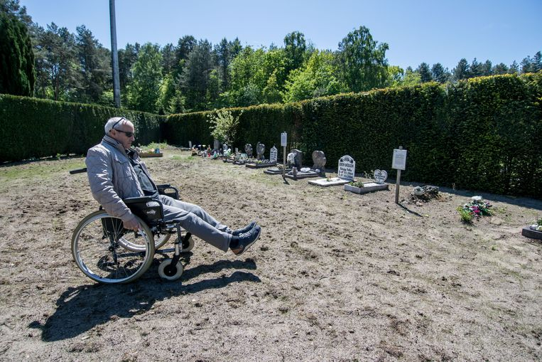 Giuseppe Di Benedetto is slecht te been en verplaatst zich voor langere afstanden met een rolstoel, maar op het kerkhof in de Tuinwijk heeft hij het moeilijk.
