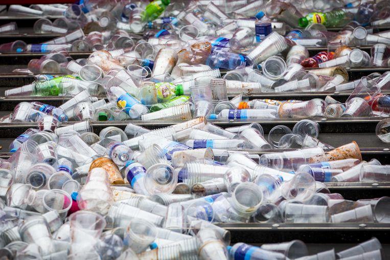 Gescheiden afvalinzameling waarbij plastic wordt gescheiden uit het andere afval tijdens festival deZwarte Cross op het festivalterrein in Lichtenvoorde.  Beeld ANP