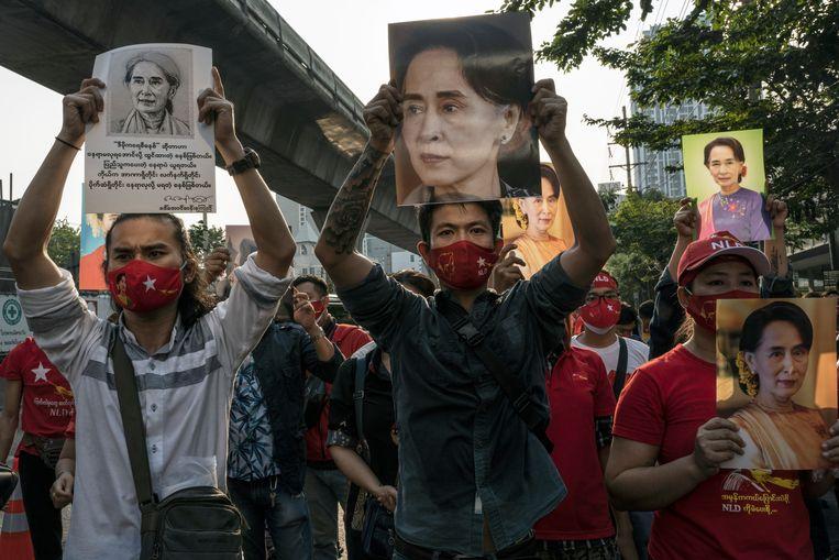 Aanhangers van Aung San Suu Kyi demonstreren bij de ambassade van Myanmar in Bangkok.  Beeld Hollandse Hoogte