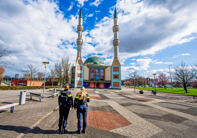 Na de aanslag in een tram in Utrecht werden moskeeën en stations extra beveiligd, zo ook de Mevlana Moskee.