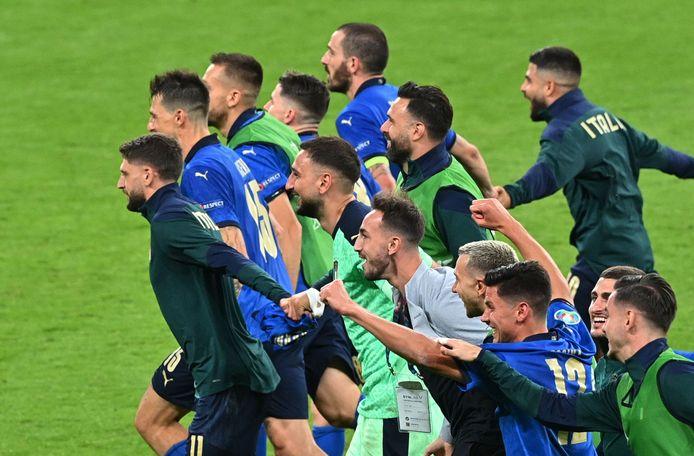 Spelers van Italië vieren de zwaarbevochten zege op Oostenrijk in de achtste finales.