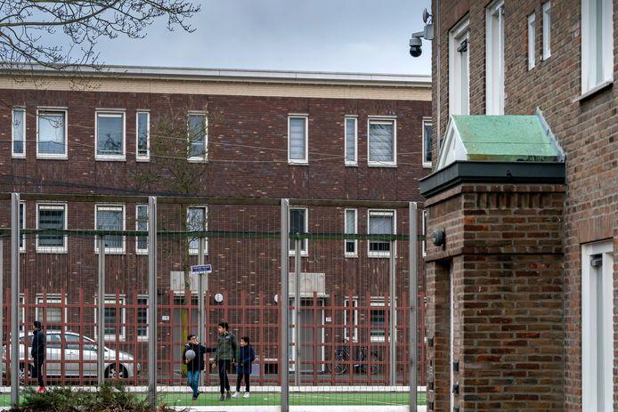 Sportkooi met rechts de flat waar een bewakingscamera is geplaatst.