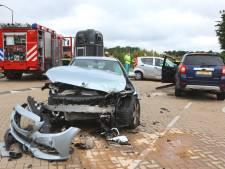 Ongeluk met drie auto's op kruising Biezenmortel, vrouw (61) overleden