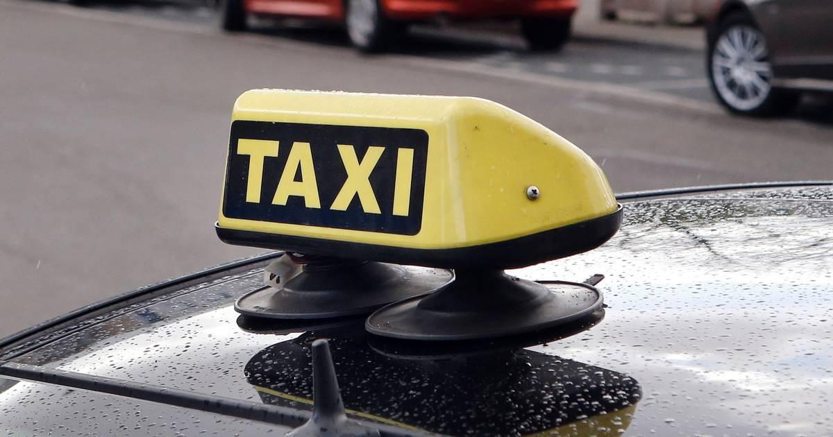 Taxichauffeur rijdt weg na aanrijding met motorrijder in Uden.