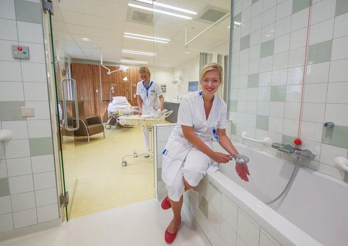 Eén van de drie nieuwe verloskamers in Rijnstate. Medische apparatuur is weggewerkt in de kasten en er is een bad aanwezig.