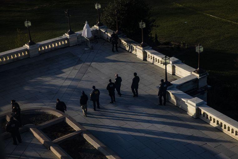 Beveiligers patrouilleren na afloop van de inval rond het Capitool Beeld AFP