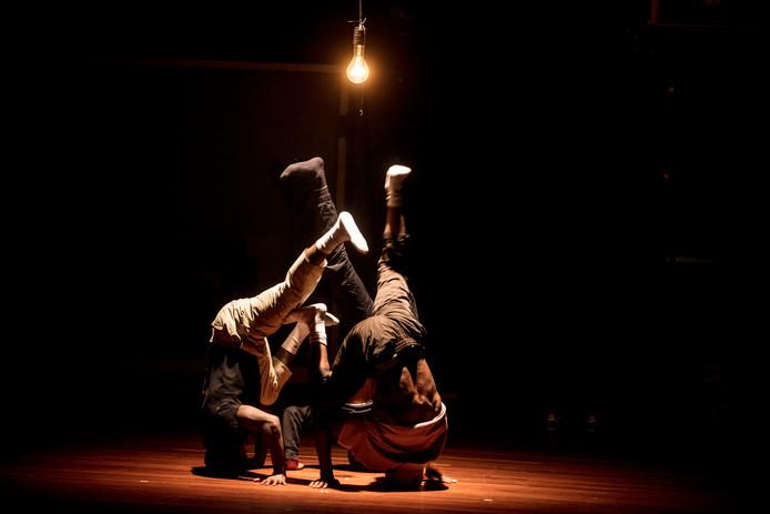 Leden van The Ruggeds repeteren voor de premièreshow, die vrijdag te zien is in het Parktheater.