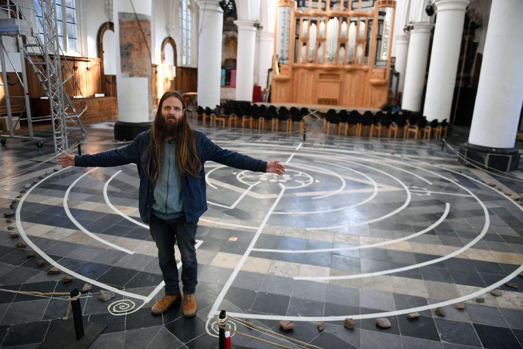Jan Loenders in zijn labyrint voor Kunst uit de Steigers in Leuven.