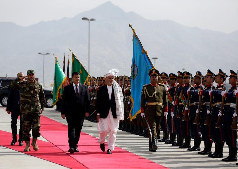 De Afghaanse president Ashraf Ghani inspecteerde afgelopen zaterdag een erewacht in de hoofdstad Kabul. Beeld AP