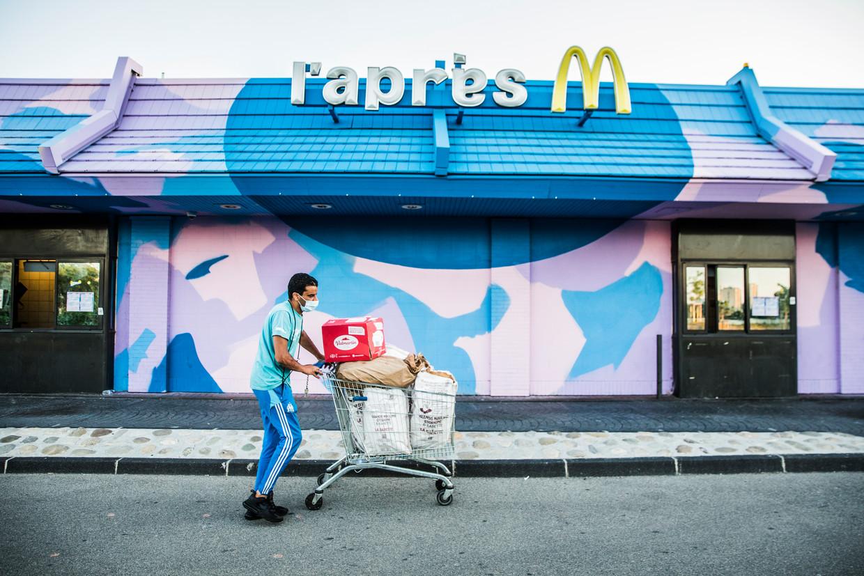 Het filiaal van McDonald's in Marseille dat door oud-medewerkers en vrijwilligers is bezet en waar nu een voedselbank zit die tijdens deze coronatijden overuren draait. Beeld Aurélie Geurts