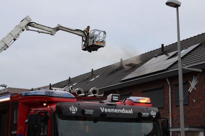 De brandweer blust de brand op de zolder van een woning in Veenendaal.