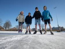 Kinderen van basisschool uit Ens schaatsen in korte broek: 'Helemaal niet koud'