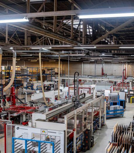 Zo maak je 18.000 keukenkastjes per week, zien gasten bij Bruynzeel: 'Eén man komt hier maandag al werken'