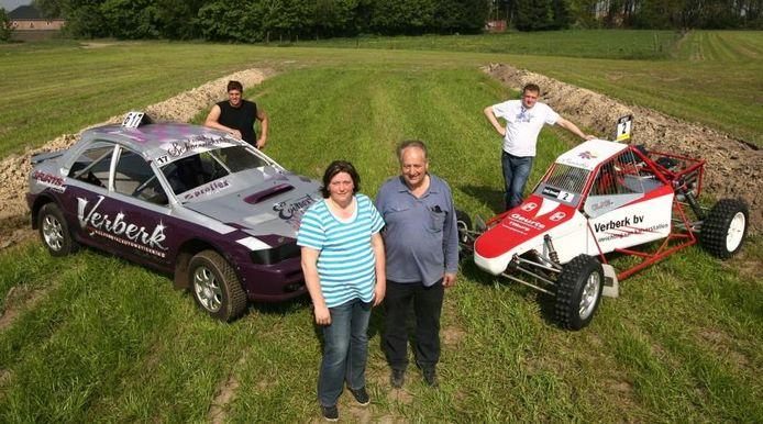 Diane en vader Martin Verberk op het circuit aan het Eikelenbosch. John Verberk rechts en Karel Simons links. foto RAMON MANGOLD/Het Fotoburo