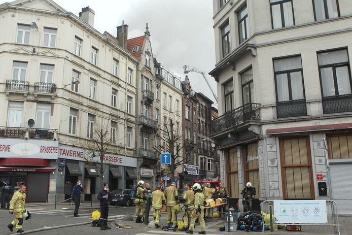 De hevige woningbrand in de Heyvaertstraat in Anderlecht kostte al zeker aan één iemand het leven.
