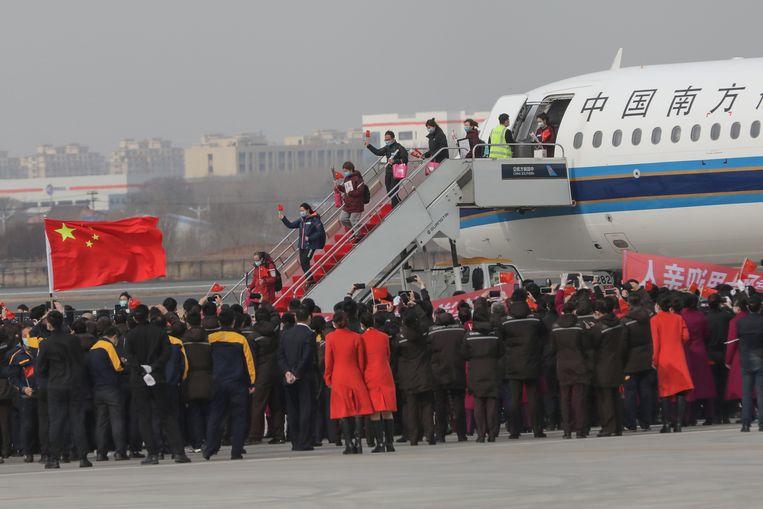 Heldenontvangst voor ziekenverzorgers uit de stad Shenyang die naar Wuhan waren gestuurd om te helpen. Beeld AFP