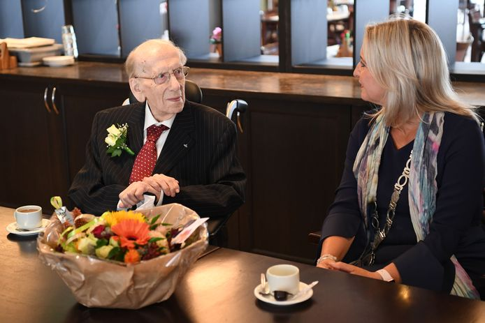 Harrie van Oudheusden werd 105. Burgemeester Sacha Ausems feliciteerde de Waalwijker vrijdagochtend
