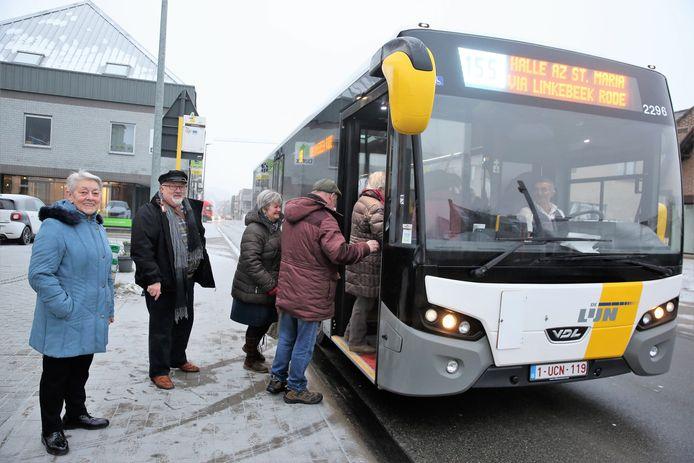 Liliane Dehaeseleer en Guy Debognies aan de halte van buslijn 155 op de Nijvelsesteenweg waar ze voortaan de bus moeten nemen.
