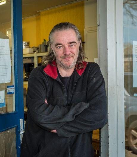 Gerjo houdt zijn poot stijf: ondanks dreigende boetes strijdt hij verder tegen mondkapjesplicht in zijn kringloopwinkel in Wezep