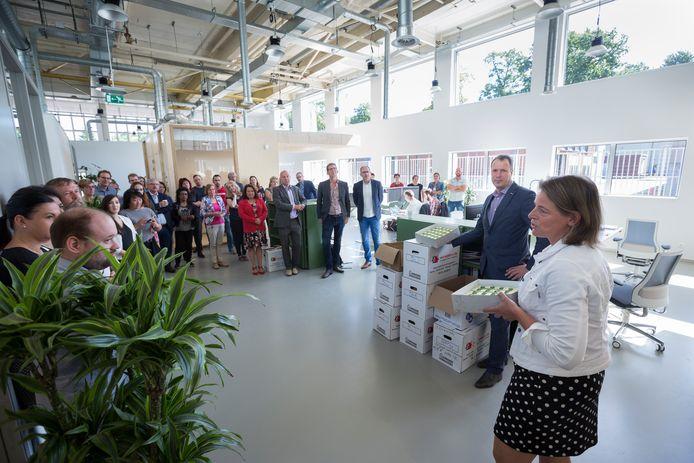 Regionale Sociale Dienst de Liemers was in juli vorig jaar de eerste die zijn intrek nam in Hal12. Dat werd gevierd met een gebakje.