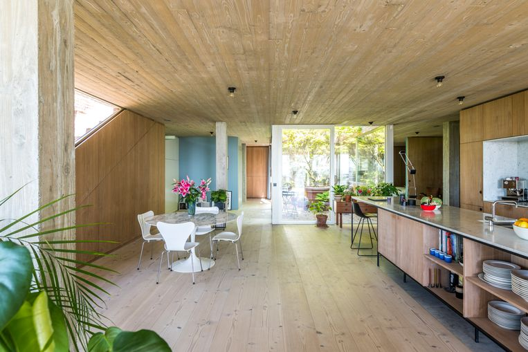 Vanuit elke ruimte heb je zicht op de glazen patio, die de slaapkamers voorziet van natuurlijk daglicht en de natuur binnenbrengt in huis.  Beeld Luc Roymans