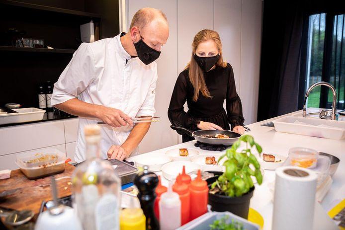 Jan Van Rompaey en zijn partner Anke aan de slag in hun keuken