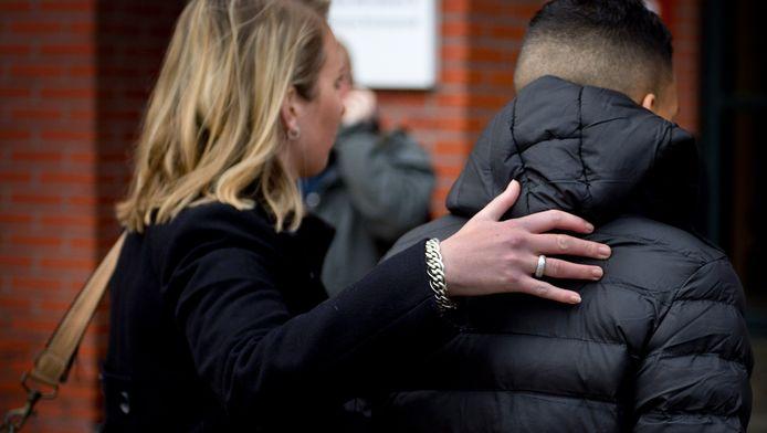 Een van de verdachten van de examendiefstal op de islamitische scholengemeenschap Ibn Ghaldoun komt aan de rechtbank in Rotterdam voor de regiezitting. Elf jongeren worden verdacht van het stelen en doorverkopen van de eindexamens op de scholengemeenschap. Er werden 27 examens gestolen