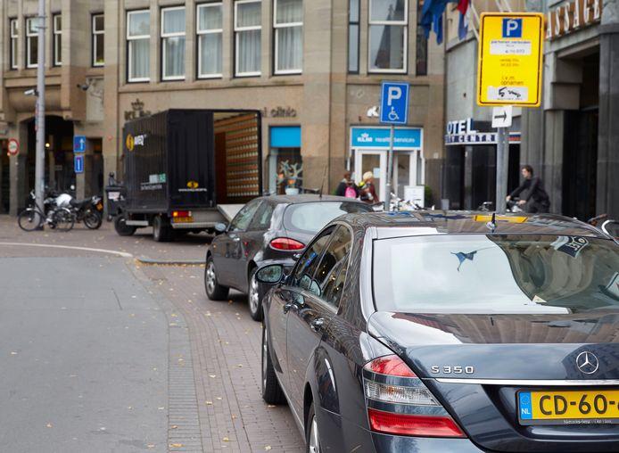 Een fout geparkeerde diplomatenauto in het centrum van Den Haag.