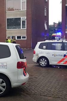 Man zwaargewond na val van flatgebouw in Almelo